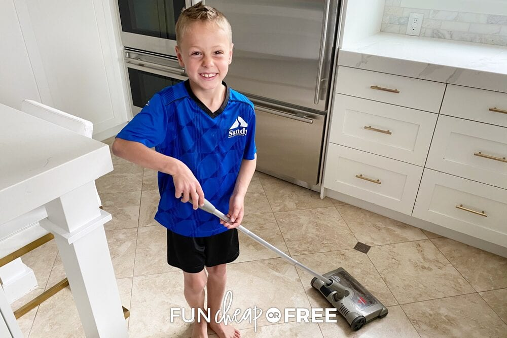 The summer chore checklist is the perfect way for kids to keep up with all of their daily responsibilities before screens or friends. Ideas from Fun Cheap or Free